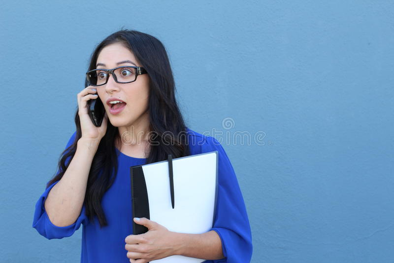 Ritratto di bella ragazza sul telefono mentre ottenendo notizie scioccanti o sorprendenti fotografia stock libera da diritti