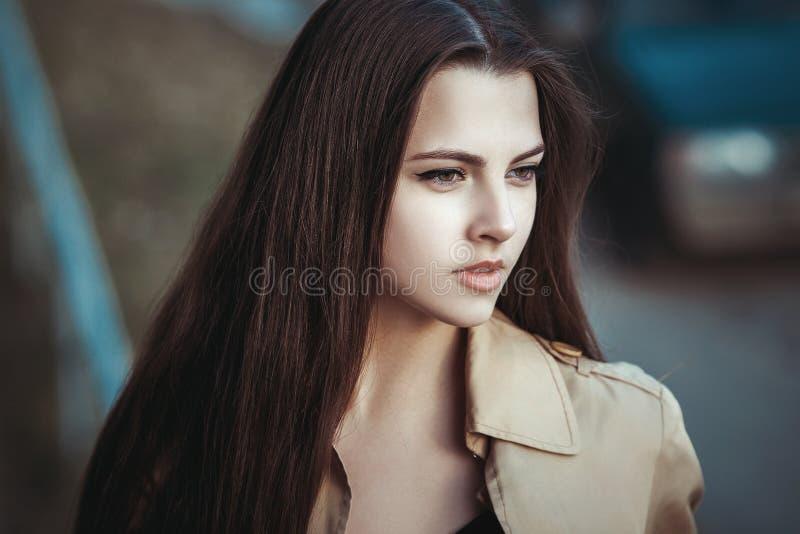 Ritratto di bella ragazza sulla via fotografia stock libera da diritti