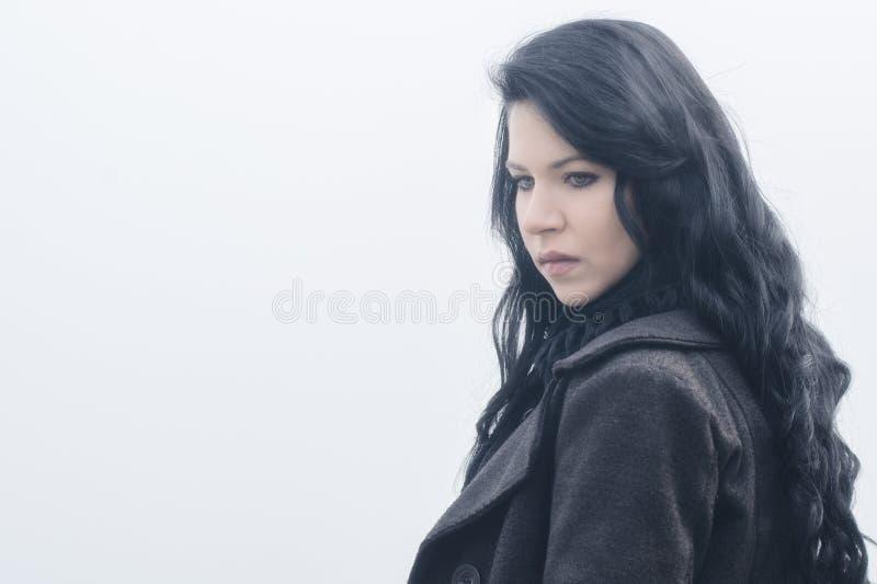 Ritratto di bella ragazza triste nella foschia di autunno fotografie stock libere da diritti