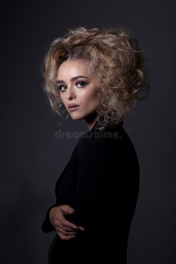 Ritratto di bella ragazza in uno stile semplice fotografie stock libere da diritti