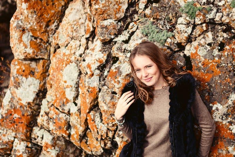 Ritratto di bella ragazza vicino alle montagne immagini stock