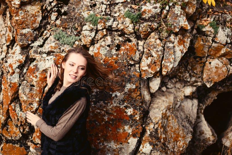 Ritratto di bella ragazza vicino alle montagne, autunno immagine stock libera da diritti