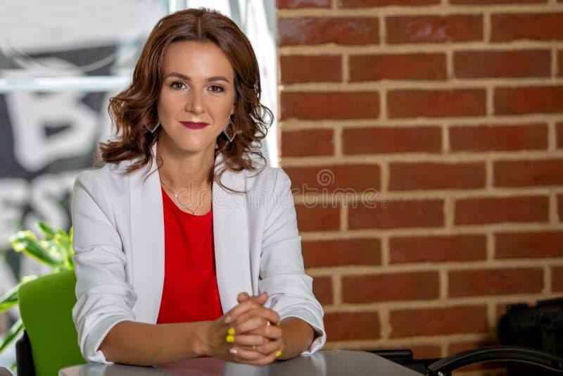 Ritratto di bella riuscita donna di affari all'interno immagini stock libere da diritti