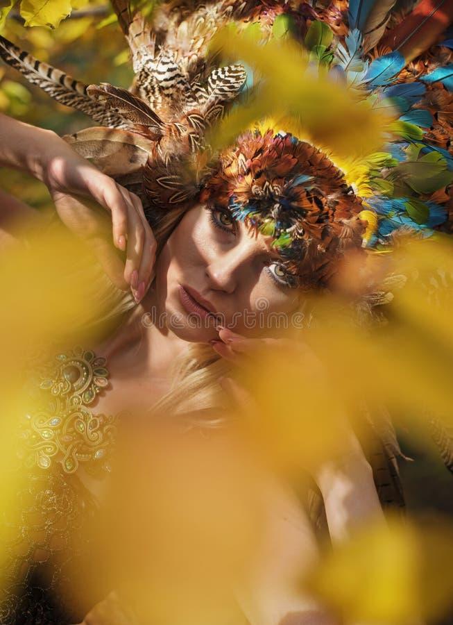 Ritratto di bella signora che indossa un sopporto per anima magnifico fotografia stock