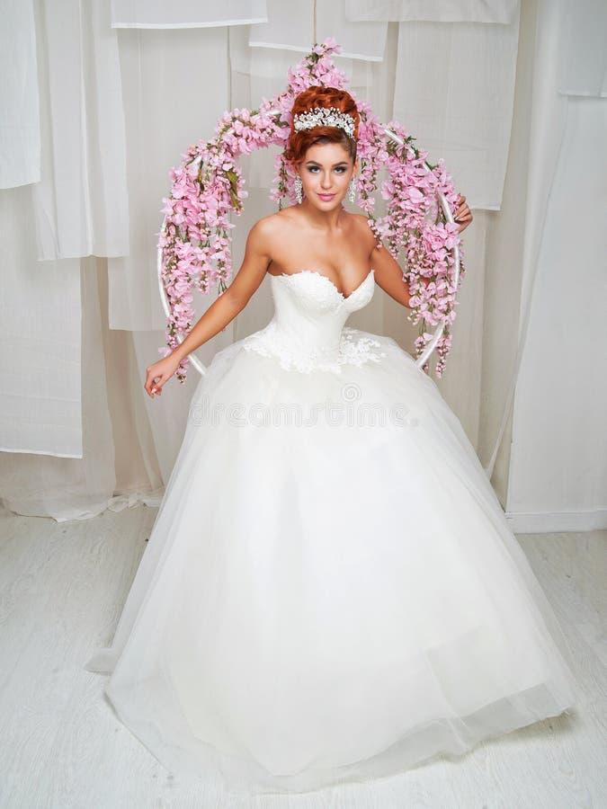 Ritratto di bella sposa dai capelli rossi fotografie stock