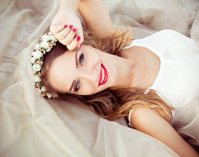 Ritratto di bella sposa di modo, dolce e sensuale Le nozze compongono e capelli Bandiera dei fiori Background Stile moderno di ar fotografie stock libere da diritti