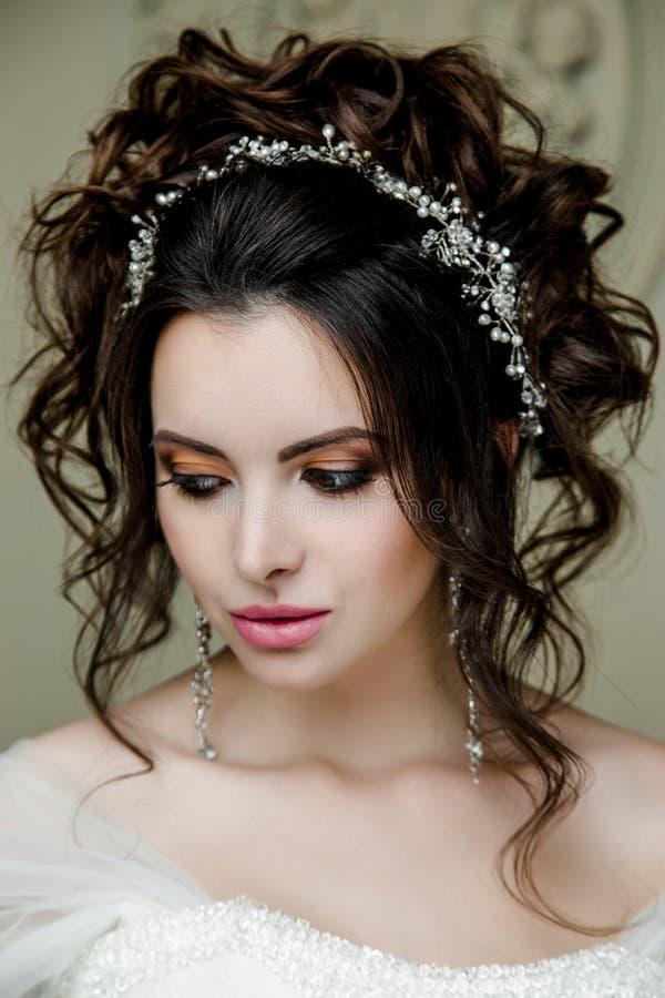 Ritratto di bella sposa, dolce e sensuale Le nozze compongono e capelli immagine stock libera da diritti