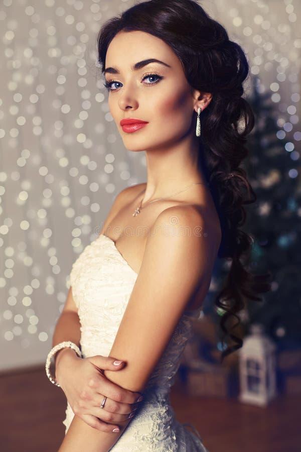 Ritratto di bella sposa elegante con capelli scuri che posano allo studio fotografie stock libere da diritti