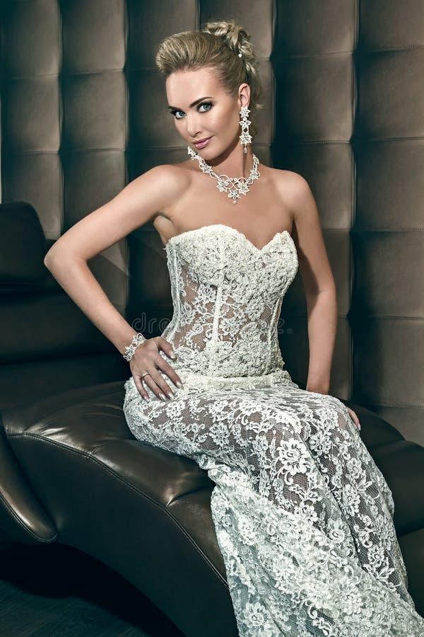 Ritratto di bella sposa felice che si siede sulla sedia fotografie stock libere da diritti