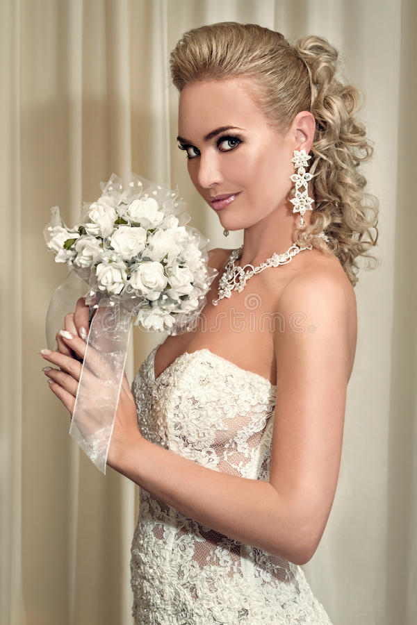 Ritratto di bella sposa felice che tiene un mazzo immagini stock