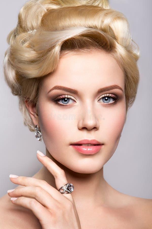 Ritratto di bella sposa hairstyle fotografie stock libere da diritti