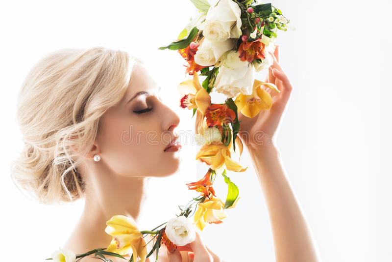 Ritratto di bella, sposa sensuale con i fiori immagini stock