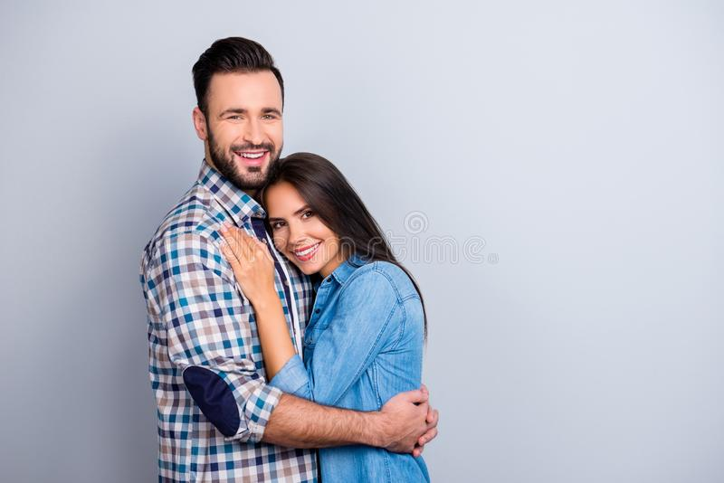 Ritratto di belle, coppie allegre, positive, piacevoli in camicia fotografia stock libera da diritti