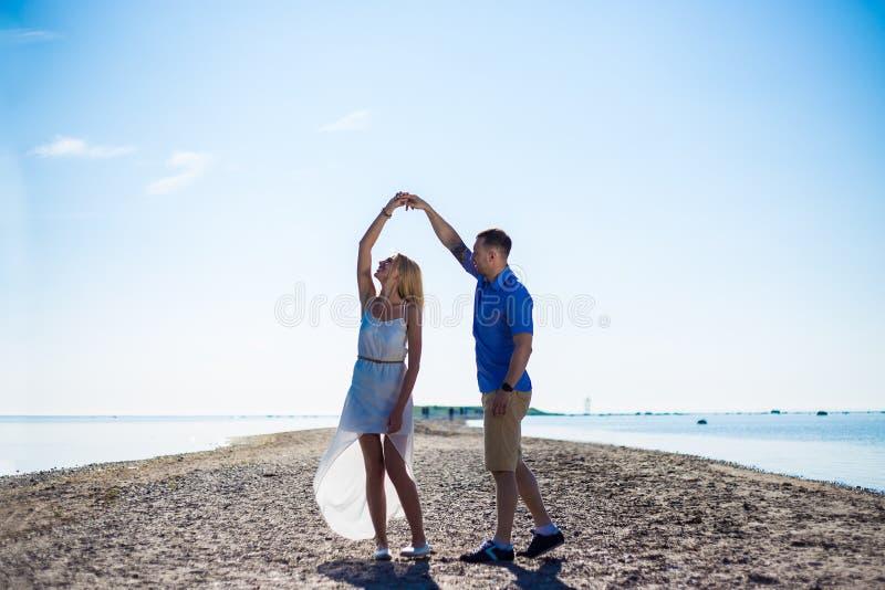 Ritratto di belle coppie nel dancing di amore sulla spiaggia immagini stock libere da diritti