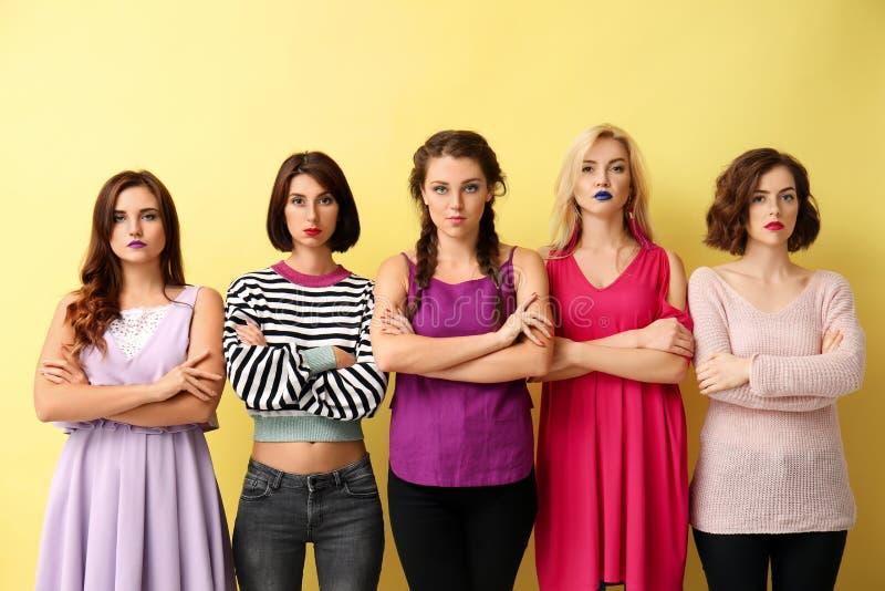 Ritratto di belle donne sicure sul fondo di colore fotografia stock libera da diritti