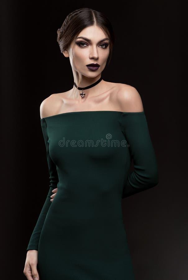 Ritratto di belle donne in vestito da verde di modo fotografia stock libera da diritti