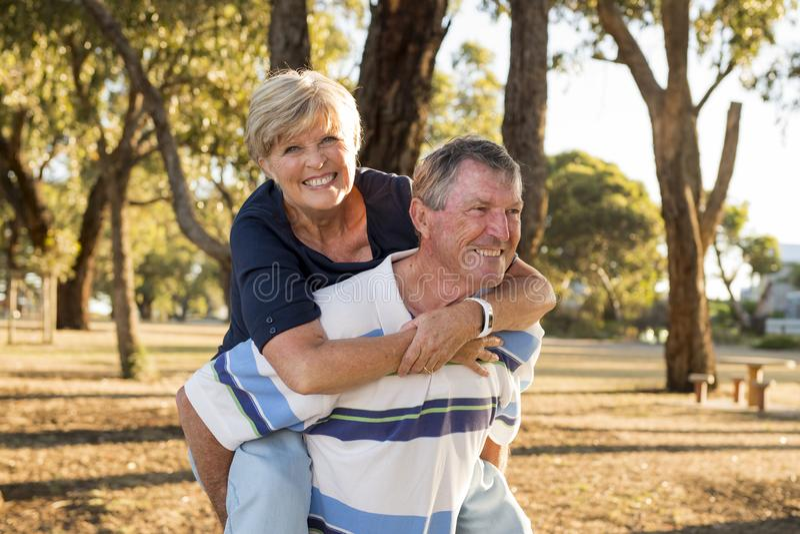 Ritratto di belle e coppie mature felici senior americane intorno 70 anni che mostrano amore ed affetto che sorridono insieme nel immagine stock