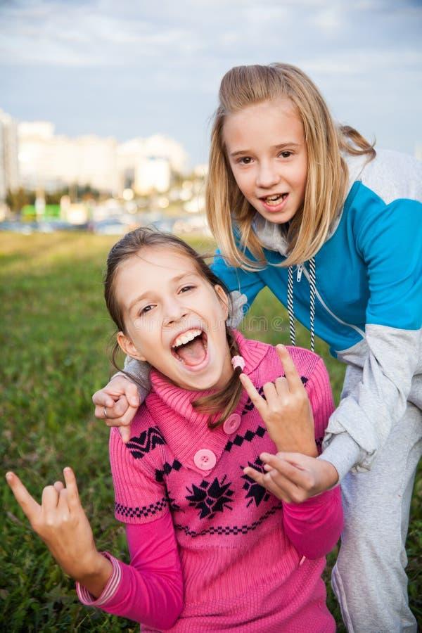 Ritratto di belle ragazze teenager sorridenti fotografie stock