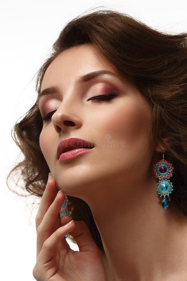 Ritratto di bellezza Bella donna che tocca il suo fronte fotografia stock libera da diritti