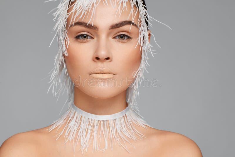 Ritratto di bellezza di bella donna che usando il nastro bianco del pizzo Fondo grigio fotografia stock