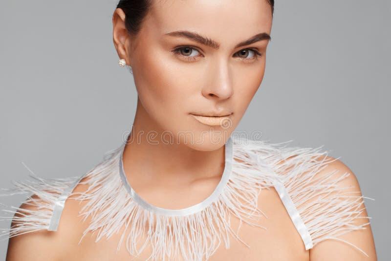 Ritratto di bellezza di bella donna che usando il nastro bianco del pizzo Fondo grigio fotografie stock libere da diritti