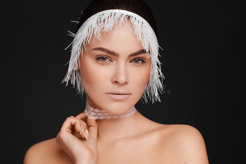 Ritratto di bellezza di bella donna che usando il nastro bianco del pizzo Priorit? bassa nera fotografia stock