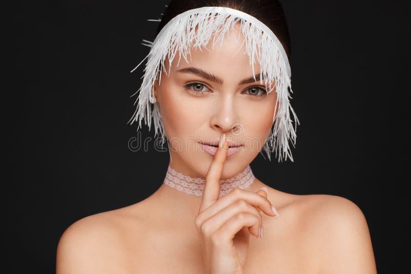 Ritratto di bellezza di bella donna che usando il nastro bianco del pizzo Priorit? bassa nera immagini stock libere da diritti