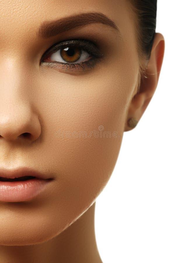 Ritratto di bellezza Bella donna della stazione termale Pelle fresca perfetta B pura fotografia stock