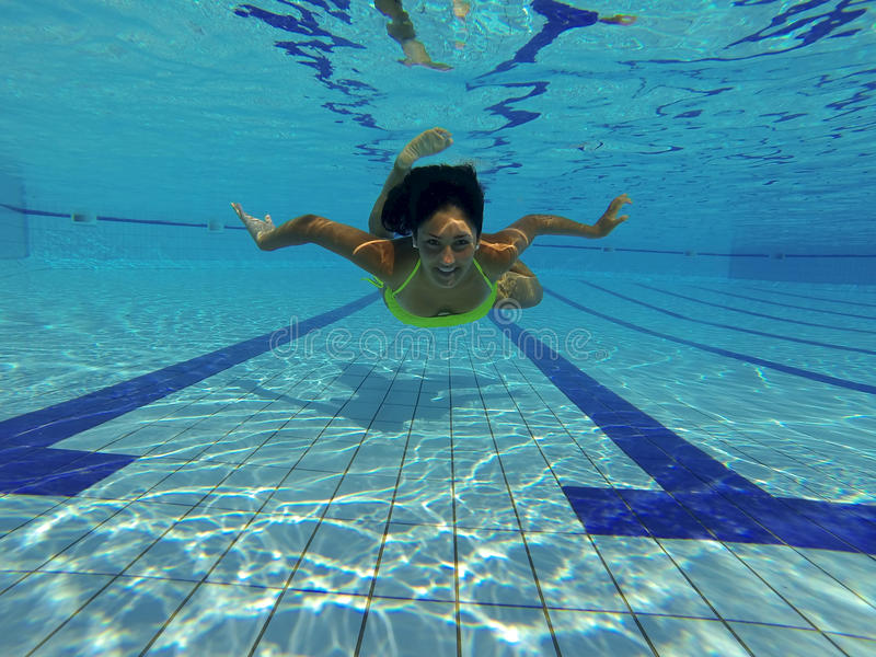 Ritratto di bellezza in bikini che sorride underwater immagine stock libera da diritti