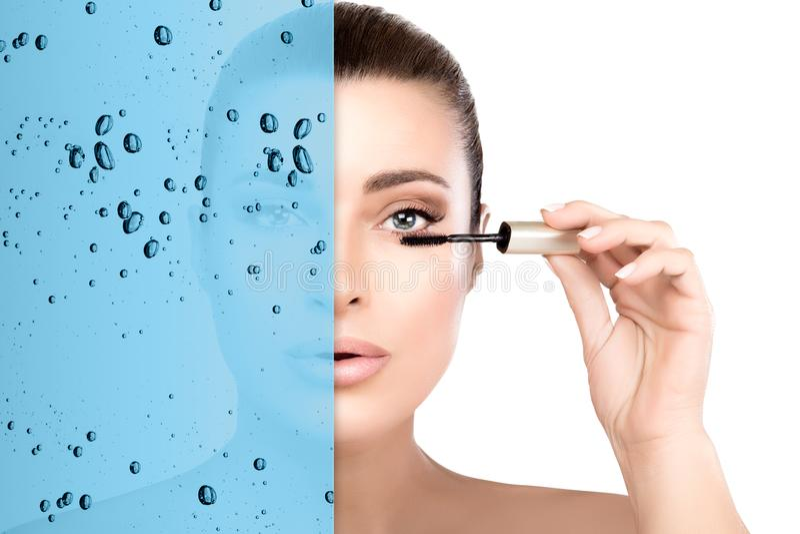 Ritratto di bellezza con il concetto impermeabile della mascara Mascara d'applicazione di modello di bellezza splendida fotografie stock libere da diritti