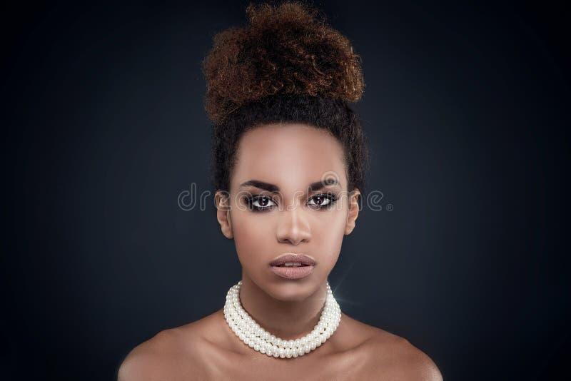 Ritratto di bellezza della donna afroamericana elegante fotografia stock libera da diritti