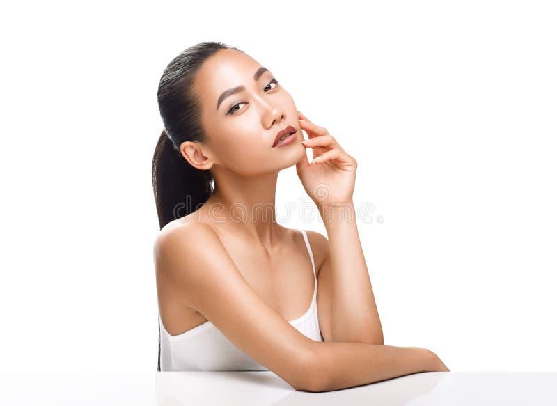 Ritratto di bellezza della donna asiatica sveglia con il sogno del fronte immagini stock