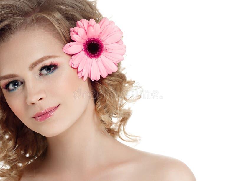 Ritratto di bellezza della donna con più basso in capelli biondi ricci dei capelli isolati su bianco fotografia stock libera da diritti