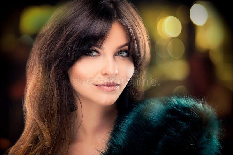 Ritratto di bellezza della donna elegante castana immagine stock