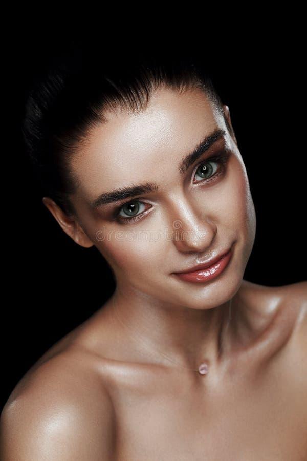 Ritratto di bellezza della donna graziosa con trucco di effetto stroboscopico ente bagnato e - Trucco effetto bagnato ...