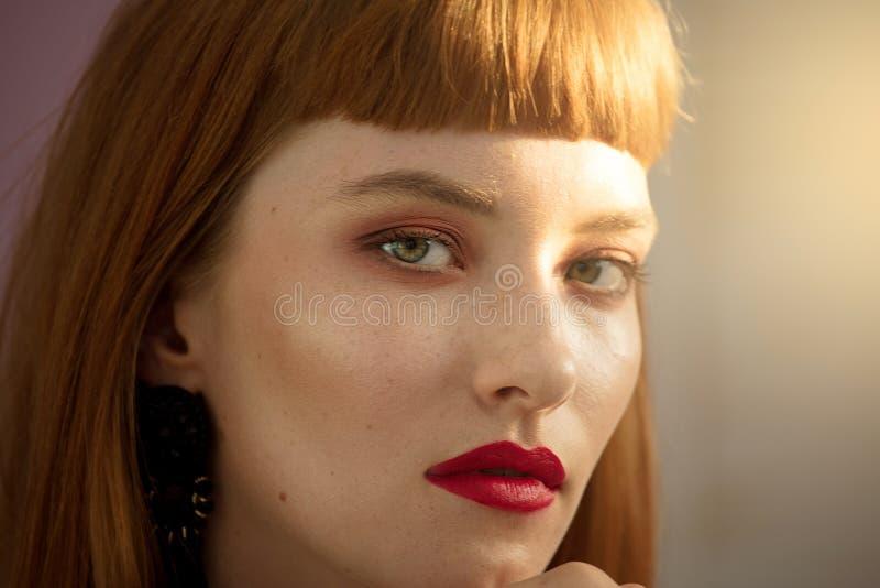 Ritratto di bellezza della donna della testarossa fotografie stock libere da diritti