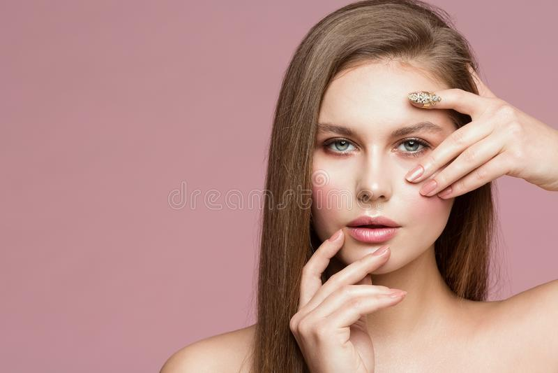 Ritratto di bellezza della donna, Touching Face di modello, bella ragazza che mostra trucco e le unghie, guardanti tramite le dit fotografia stock libera da diritti