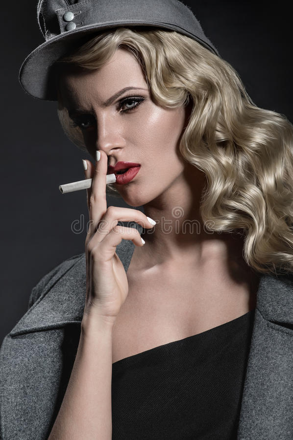 Download Ritratto Di Bellezza Della Donna In Vestiti Militari Fotografia Stock - Immagine di cappello, elegante: 56888954