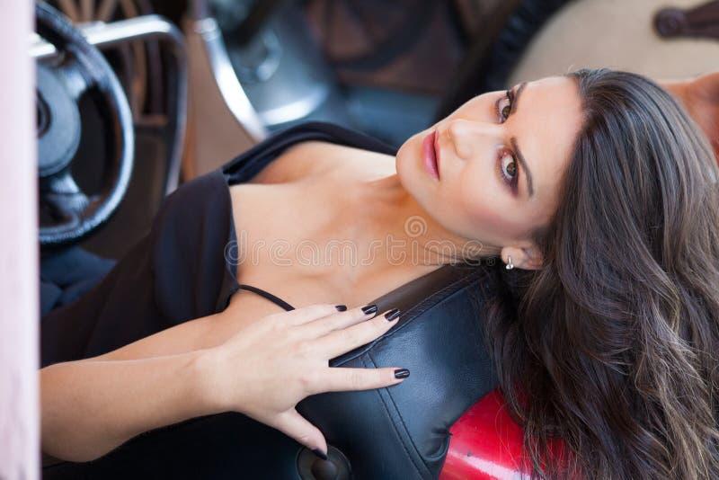Ritratto di bellezza della giovane donna in parco di divertimenti nel giorno di estate dell'automobile immagini stock