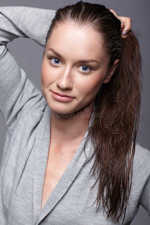 Ritratto di bellezza della giovane donna in vestito grigio ragazza castana con fotografie stock libere da diritti