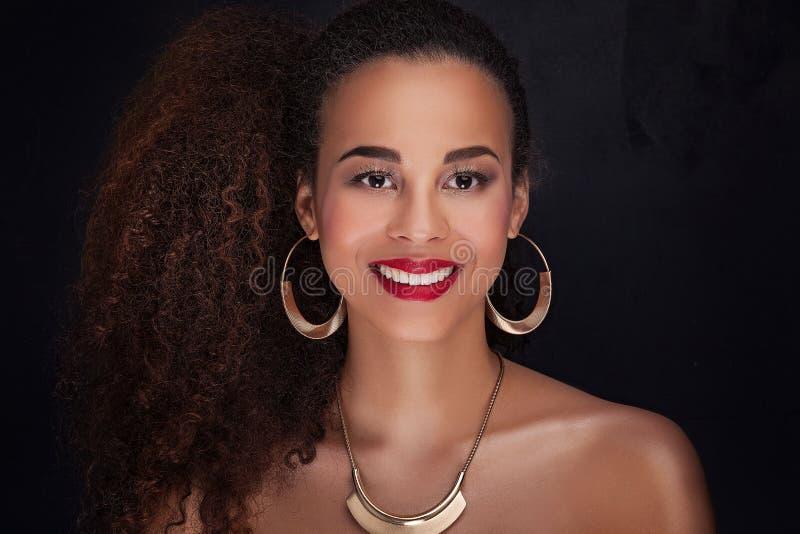 Ritratto di bellezza della ragazza afroamericana elegante immagini stock libere da diritti