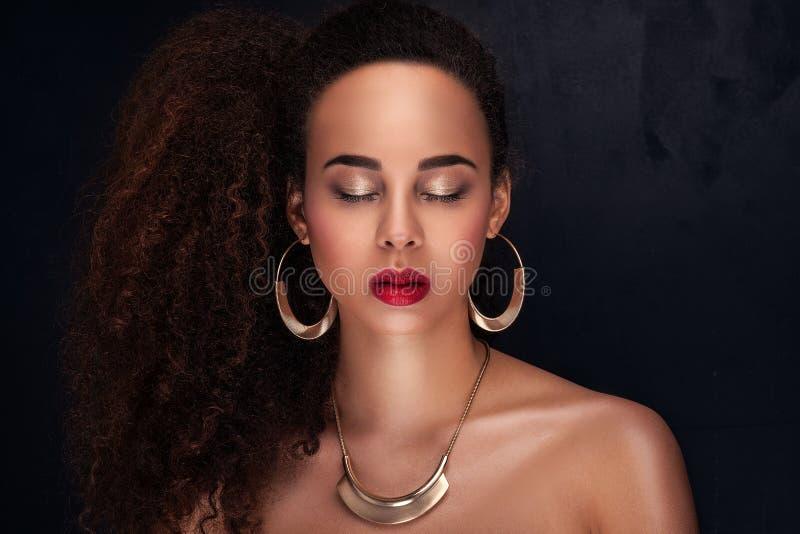 Ritratto di bellezza della ragazza afroamericana elegante fotografia stock