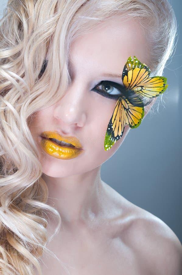 Ritratto di bellezza dello studio con la farfalla gialla immagini stock