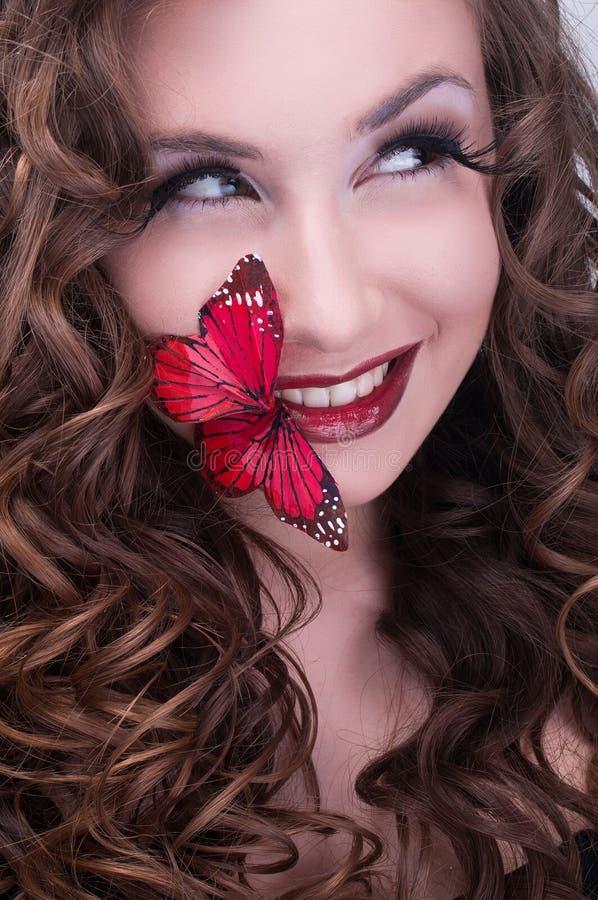 Ritratto di bellezza dello studio con la farfalla rossa fotografia stock libera da diritti