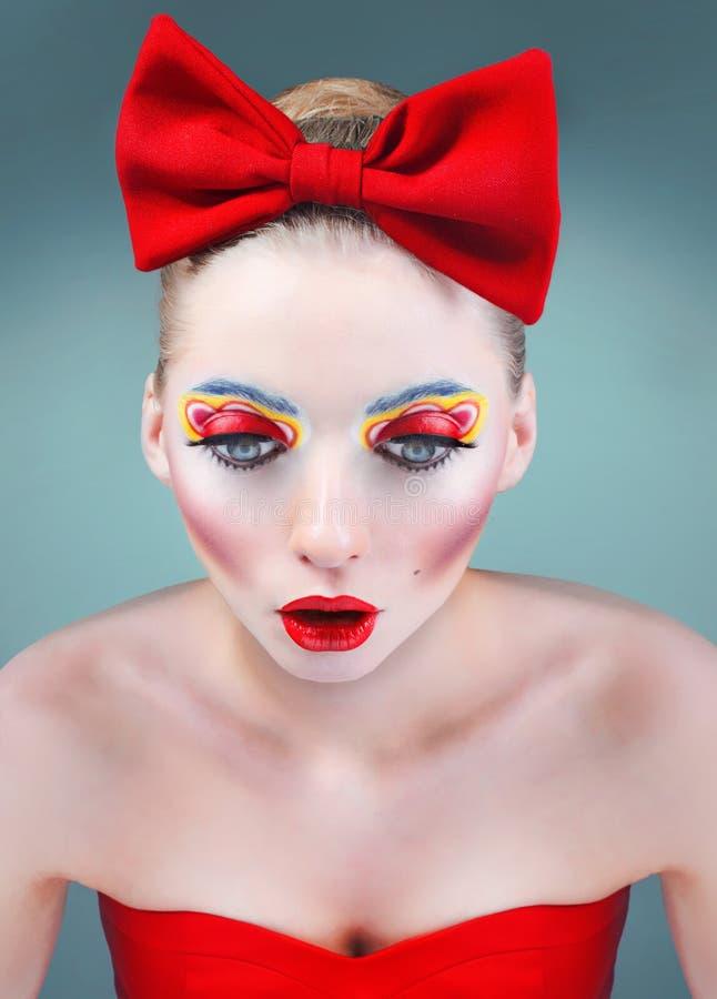 Ritratto di bellezza dello studio della bambola con l'arco rosso immagini stock