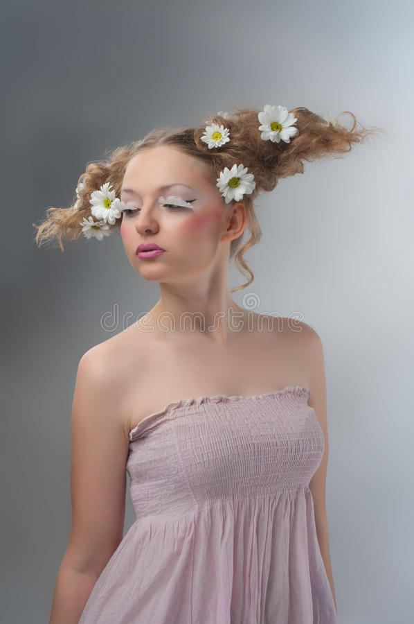 Ritratto di bellezza dello studio della donna con le camomille fotografia stock libera da diritti