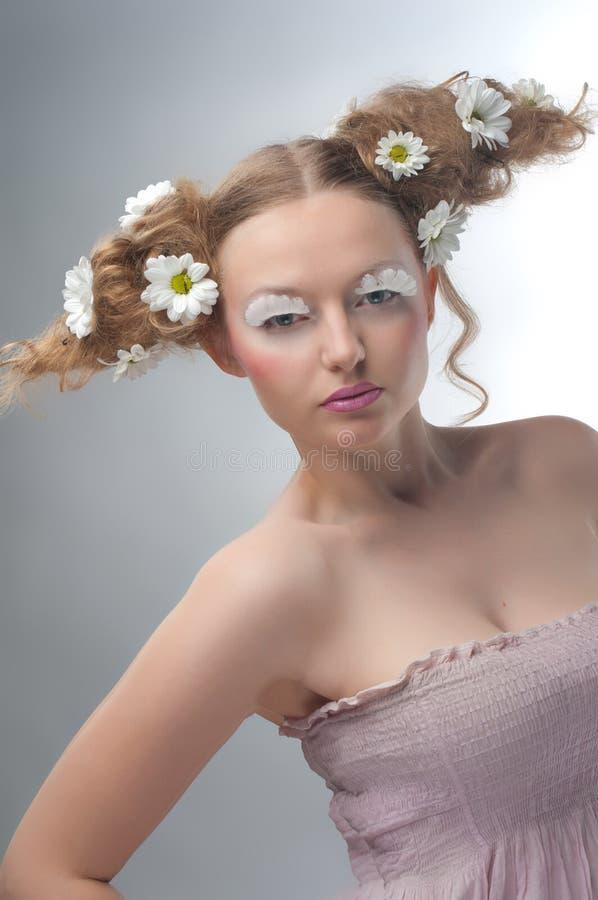 Ritratto di bellezza dello studio della donna con le camomille immagini stock libere da diritti