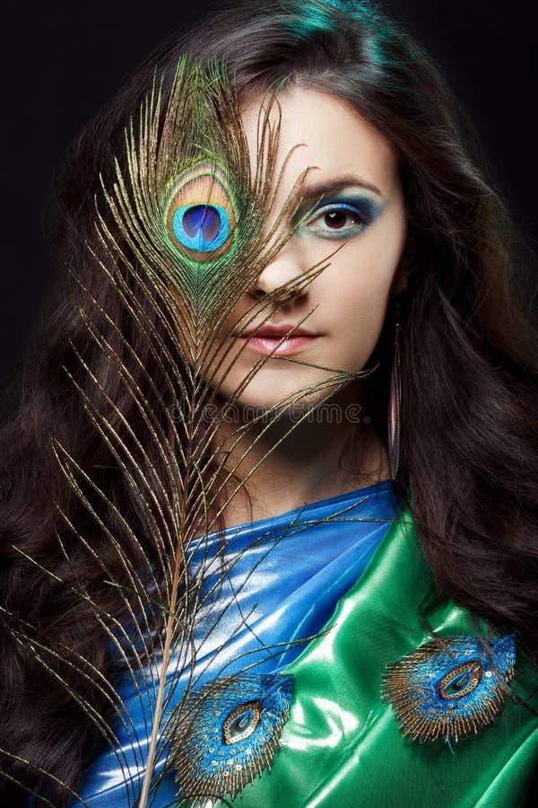 Ritratto di bellezza di bella copertura della ragazza fotografia stock libera da diritti
