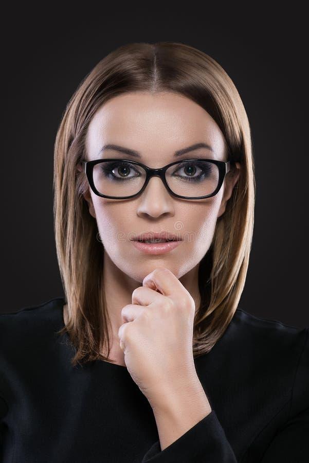 Ritratto di bellezza di bella donna con i vetri fotografia stock