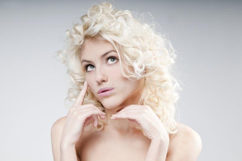 Ritratto di bellezza di giovane donna bionda attraente fotografia stock